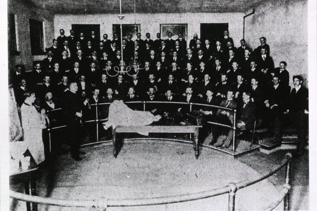 1903-1904 photo of an all-male class of medical students attending a lecture on delivery techniques in Chattanooga, TN.